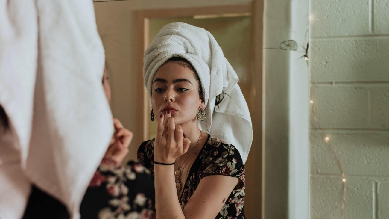 Frau sieht sich Kollagen Beauty Wirkung an