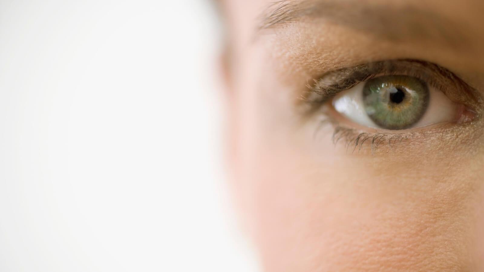 Was ist Kollagen - Frau schaut mit einem Auge in die Kamera